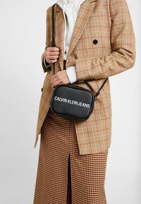Calvin Klein Jeans - SCULPTED CAMERA BAG - Umhängetasche - black - 1