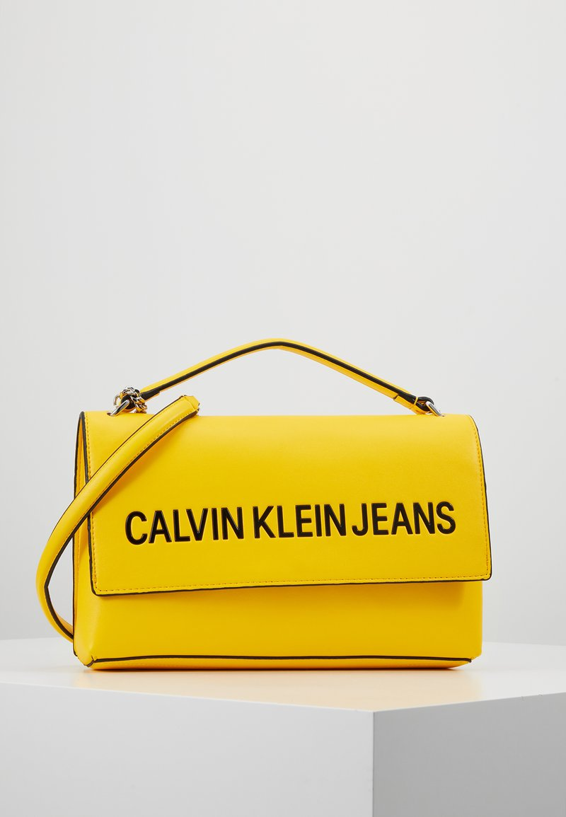 Calvin Klein Jeans - SCULPTED FLAP - Bandolera - yellow