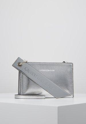 BANNER SMALL CROSSBODY - Torba na ramię - grey