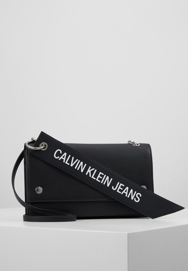 CKJ BANNER SHOULDER FLAP BAG - Schoudertas - black