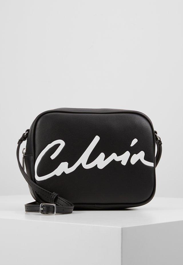 SCULPTED LARGE CAMERA BAG - Across body bag - black