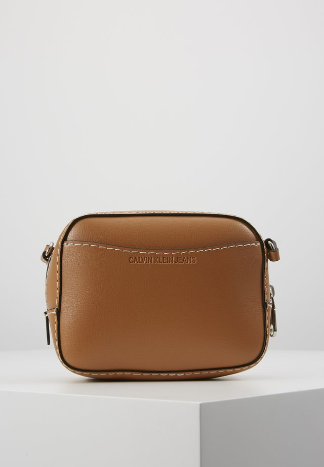 MONO HARDWARE CAMERA BAG - Umhängetasche - brown