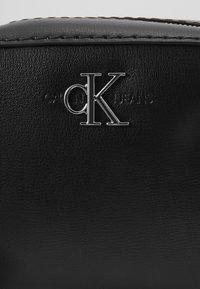 Calvin Klein Jeans - MONO HARDWARE CAMERA BAG - Torba na ramię - black - 4