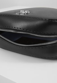 Calvin Klein Jeans - MONO HARDWARE CAMERA BAG - Torba na ramię - black - 2
