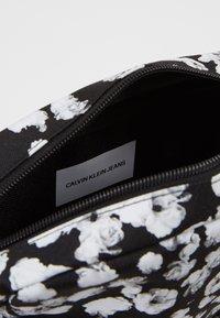 Calvin Klein Jeans - CKJ SPORT ESSENTIALS CAMERA FLOR - Taška spříčným popruhem - black - 3