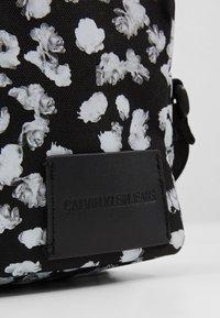 Calvin Klein Jeans - CKJ SPORT ESSENTIALS CAMERA FLOR - Taška spříčným popruhem - black - 4