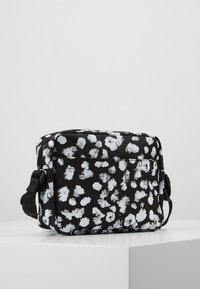 Calvin Klein Jeans - CKJ SPORT ESSENTIALS CAMERA FLOR - Taška spříčným popruhem - black - 2