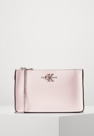 CROSSBODY CHAIN - Skulderveske - pink