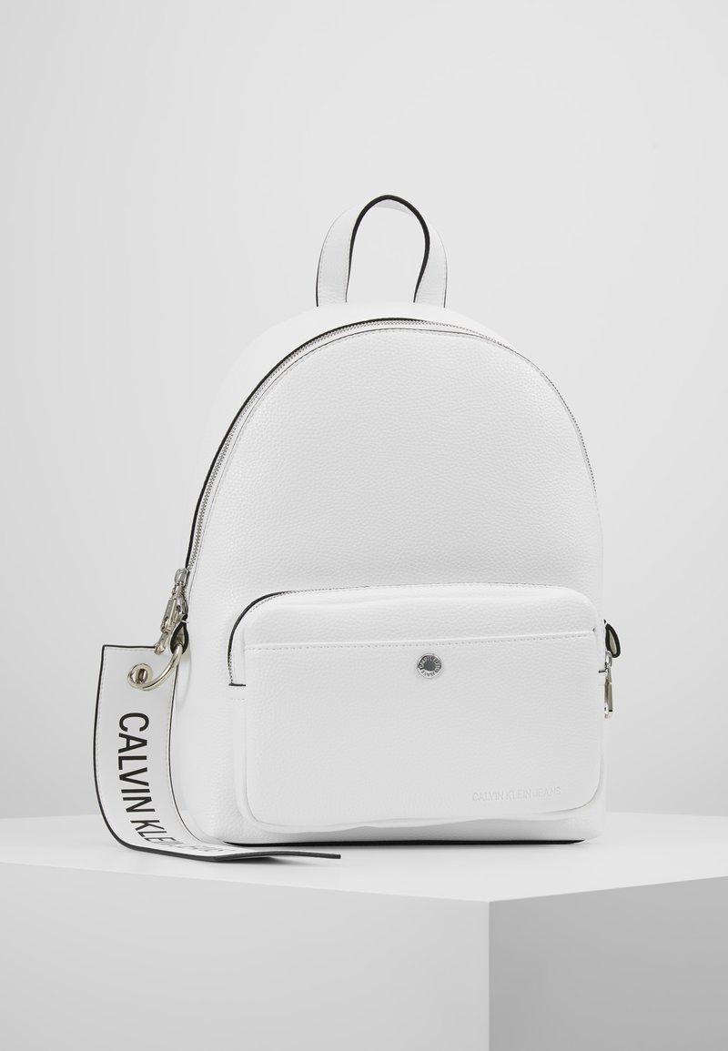 Calvin Klein Jeans - CKJ BANNER CP BACKPACK 35 - Mochila - white