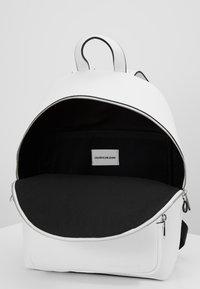 Calvin Klein Jeans - CKJ BANNER CP BACKPACK 35 - Mochila - white - 4