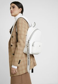 Calvin Klein Jeans - CKJ BANNER CP BACKPACK 35 - Mochila - white - 1