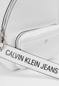 Calvin Klein Jeans - CKJ BANNER CP BACKPACK 35 - Mochila - white - 6