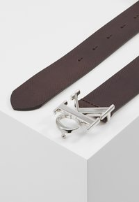 Calvin Klein Jeans - GYM CLASS MONOGRAM 35MM - Vyö - brown - 3