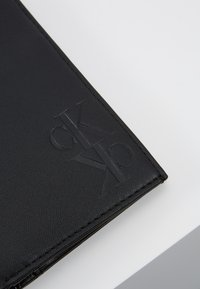 Calvin Klein Jeans - MIRROR MONOGRAM BILLFOLD - Lompakko - black - 2