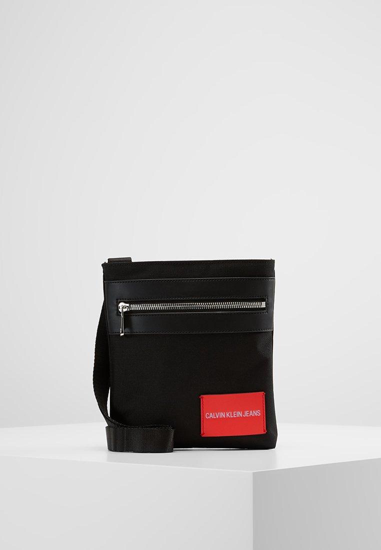 Calvin Klein Jeans - ESSENTIAL MICRO FLAT PACK - Sac bandoulière - black