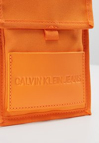 Calvin Klein Jeans - SPORT ESSENTIALS PASS LAYNARD - Torba na ramię - orange - 6