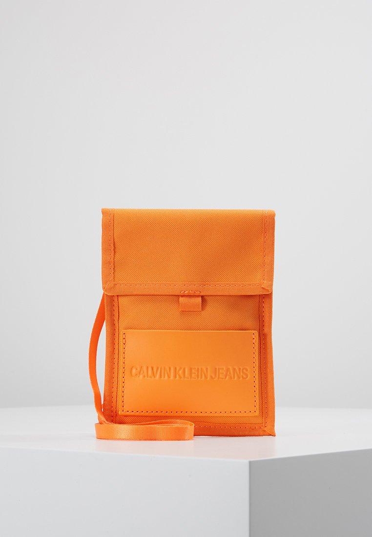 Calvin Klein Jeans - SPORT ESSENTIALS PASS LAYNARD - Torba na ramię - orange