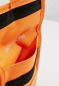Calvin Klein Jeans - SPORT ESSENTIALS PASS LAYNARD - Torba na ramię - orange - 4