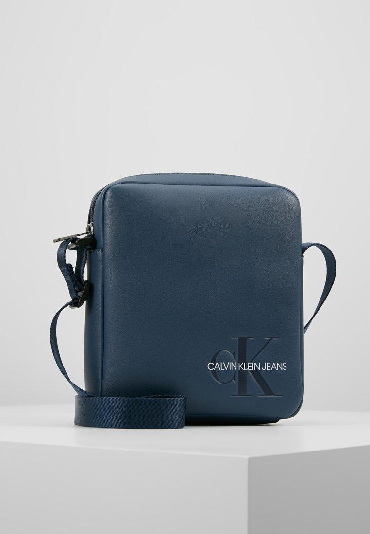 Calvin Klein Jeans - SMOOTH MONOGRAM MICRO FLATPACK - Umhängetasche - blue