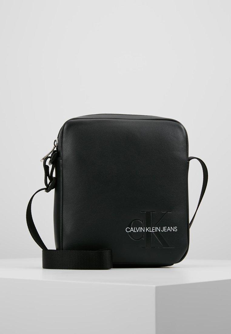Calvin Klein Jeans - SMOOTH MONOGRAM MICRO FLATPACK - Bandolera - black
