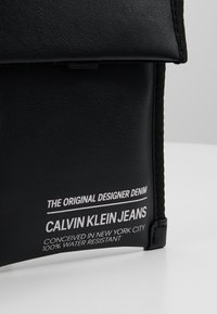 Calvin Klein Jeans - FEATHER WEIGHT FESTIVAL POUCH - Across body bag - black - 6