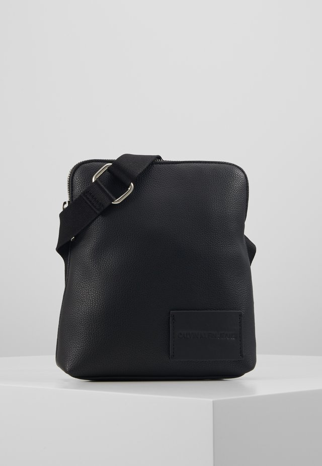 PEBBLE MICRO FLAT - Sac bandoulière - black