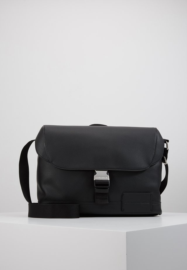 MICRO PEBBLE FLAP MESSENGER - Schoudertas - black