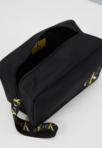 Calvin Klein Jeans - WASHBAG - Trousse - black - 5