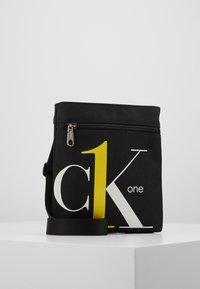 Calvin Klein Jeans - CK1 MICRO FLATPACK - Schoudertas - black - 0