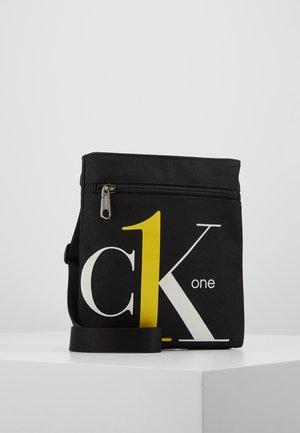 CK1 MICRO FLATPACK - Across body bag - black
