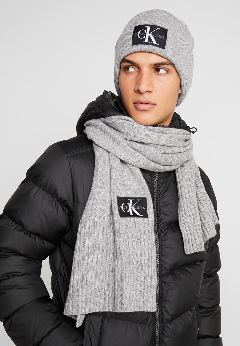 Calvin Klein Jeans - BASIC MEN SCARF BEANIE SET - Écharpe - grey