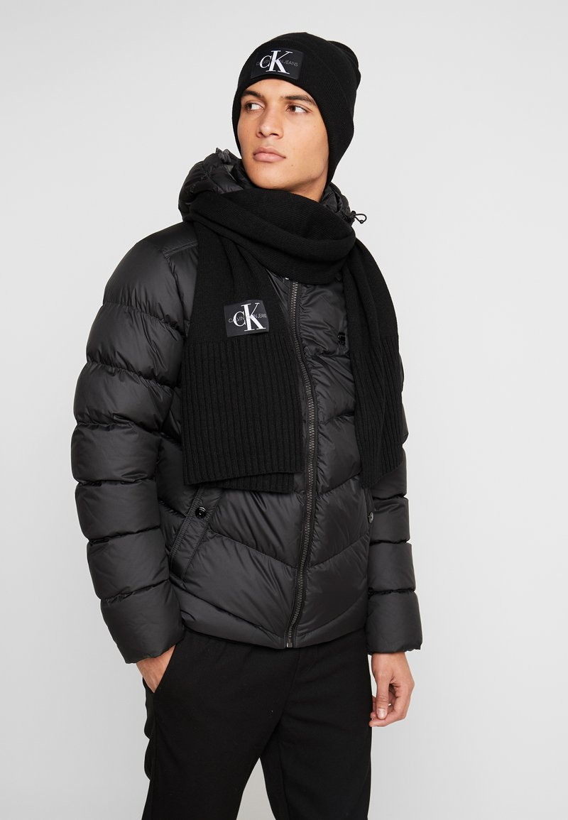 Calvin Klein Jeans - BASIC MEN SCARF BEANIE SET - Bufanda - black