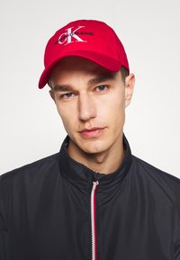Calvin Klein Jeans - MONOGRAM - Pet - red - 1