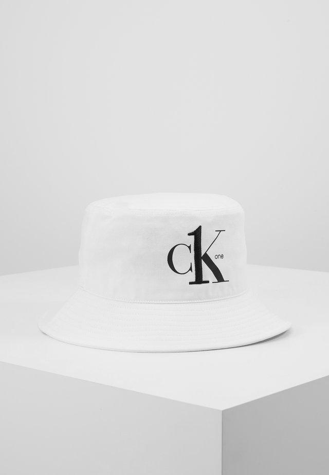 CK1 BUCKET - Hat - white