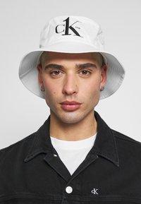 Calvin Klein Jeans - CK1 BUCKET - Hoed - white - 1