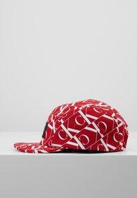 Calvin Klein Jeans - MIRROR MONOGRAM PANEL  - Czapka z daszkiem - red - 4