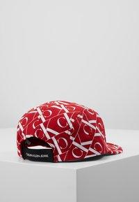 Calvin Klein Jeans - MIRROR MONOGRAM PANEL  - Cappellino - red - 3