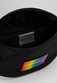 Calvin Klein Jeans - ESSENTIAL PRIDE STREET PACK - Bältesväska - black - 4
