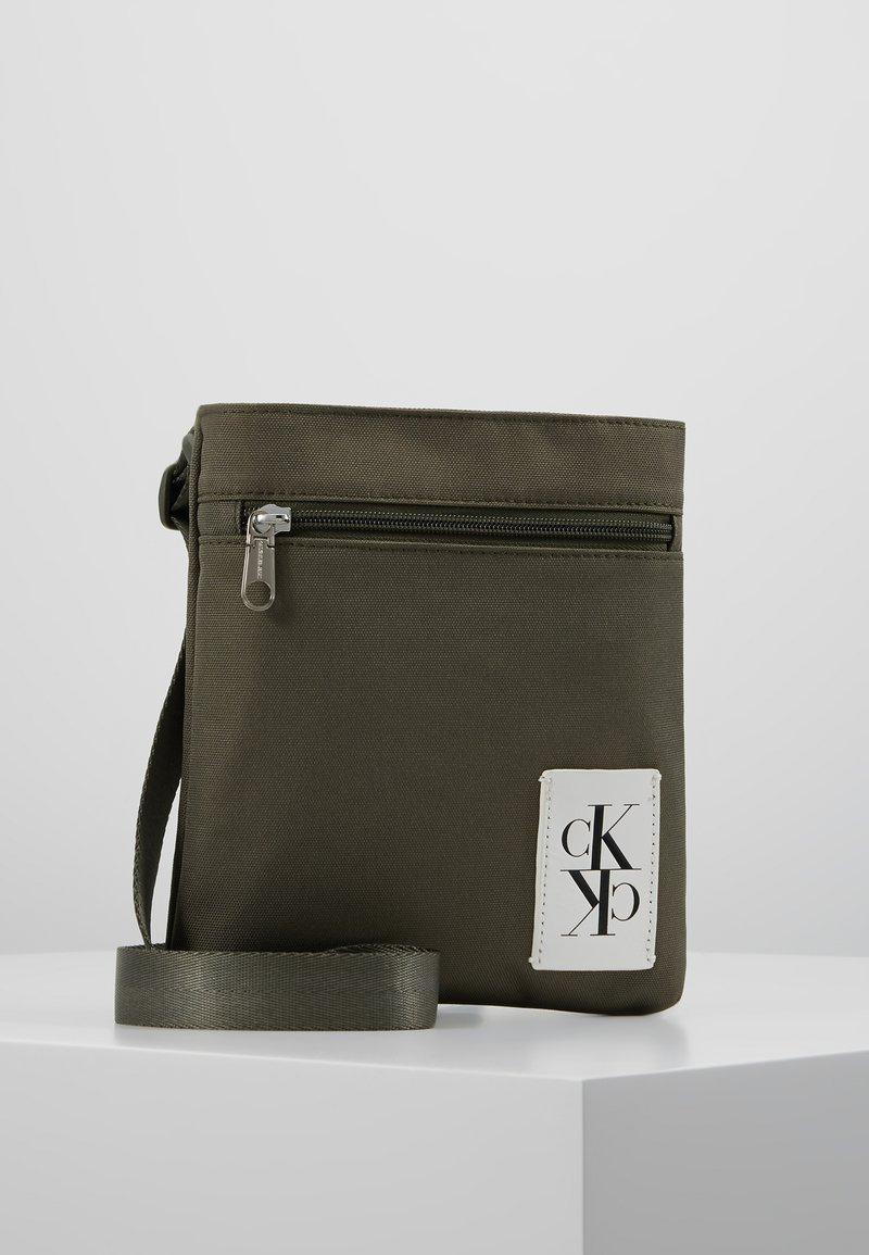 Calvin Klein Jeans - SPORT ESSENTIALS MICRO FLAT PACK - Torba na ramię - green