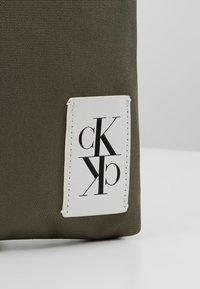 Calvin Klein Jeans - SPORT ESSENTIALS MICRO FLAT PACK - Torba na ramię - green - 7