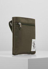 Calvin Klein Jeans - SPORT ESSENTIALS MICRO FLAT PACK - Torba na ramię - green - 3