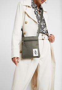 Calvin Klein Jeans - SPORT ESSENTIALS MICRO FLAT PACK - Torba na ramię - green - 5