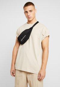Calvin Klein Jeans - MONOGRAM STREET PACK - Ledvinka - black - 1