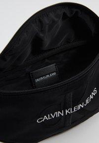 Calvin Klein Jeans - MONOGRAM STREET PACK - Ledvinka - black - 4