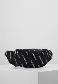 Calvin Klein Jeans - ESSENTIALS STREET PACK - Ledvinka - black - 0