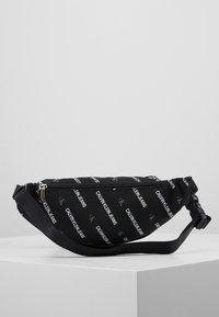 Calvin Klein Jeans - ESSENTIALS STREET PACK - Ledvinka - black - 2