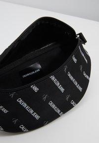 Calvin Klein Jeans - ESSENTIALS STREET PACK - Ledvinka - black - 4