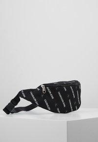 Calvin Klein Jeans - ESSENTIALS STREET PACK - Ledvinka - black - 3