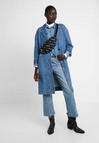 Calvin Klein Jeans - ESSENTIALS STREET PACK - Ledvinka - black - 5