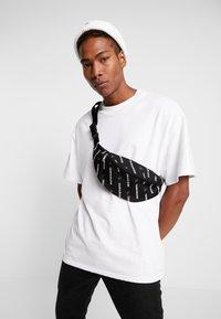 Calvin Klein Jeans - ESSENTIALS STREET PACK - Ledvinka - black - 1